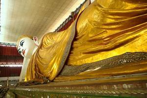 Bouddha à chaukhtatgyi à yangon myanmar.