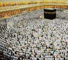 makkah kaaba et les gens qui viennent pour le hajj photo
