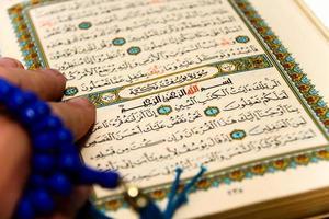 feuilles entières du Coran avec les noms d'Allah photo