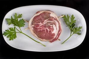 viande crue, beaf, boulette de viande, côtelette, côtelette, beyti photo