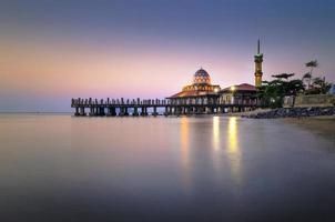 mosquée malaisienne avec réflexion de l'eau