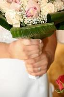 mariée tenant un bouquet de fleurs photo