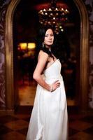 mariée femme brune en robe de mariée blanche photo