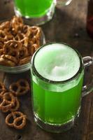 bière verte pour st. jour de patrick photo
