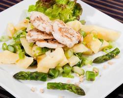 poitrine de poulet grillée avec pignons de pin et graines de sésame photo