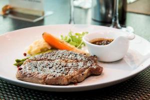 l bifteck de surlonge, servi avec asperges, carotte grillée