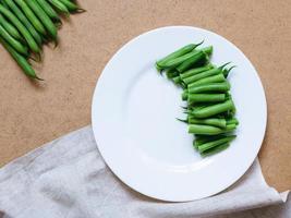 haricots verts tranchés sur une plaque blanche photo