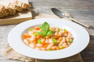 haricots blancs à la carotte et au poivre vert photo