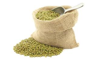 haricots mungo (vigna radiata) dans un sac de jute