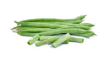 haricots verts frais sur fond blanc