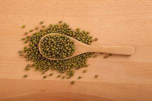 haricots mungo avec cuillère en bois