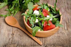 salade grecque dans un saladier en bois sur la table