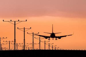 jet atterrissant au coucher du soleil photo