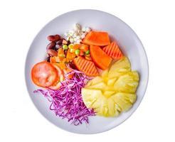 Plusieurs légumes et fruits isolés sur plat blanc