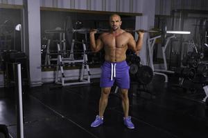 homme dans la salle de gym