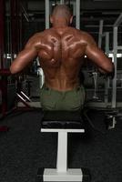 exercices de dos sur une machine à rangs assis photo
