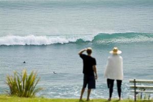 vérification du surf depuis le sommet d'une falaise photo