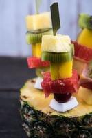 collation de fête saine, fruits exotiques sur des brochettes