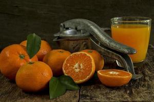 mandarines nature morte et presse-agrumes photo