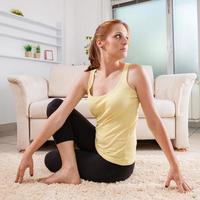 jeune femme, faire du yoga photo
