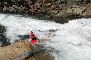 kayakiste en eau vive