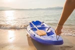 l'homme a traîné le kayak sur la rive photo