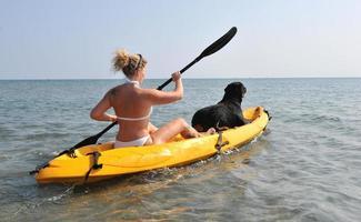 femme et og sur un kayak