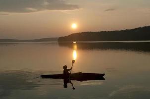 kayak au coucher du soleil photo