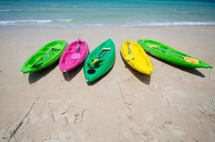 kayaks colorés sur la plage tropicale photo