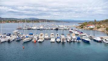 Vue panoramique aérienne d'une marina avec des bateaux à chalkidiki