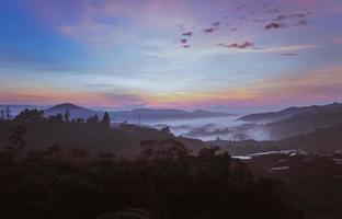 lever du soleil du matin paysage de la montagne photo