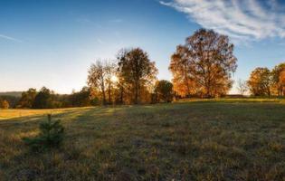 paysage automnal avec campagne au coucher du soleil photo