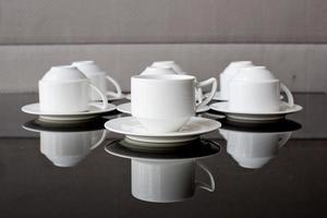 plusieurs rangées de tasse et soucoupe blanc pur photo