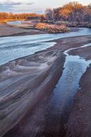 coucher de soleil d'hiver sur la rivière photo
