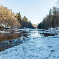 rivière gelée en hiver photo