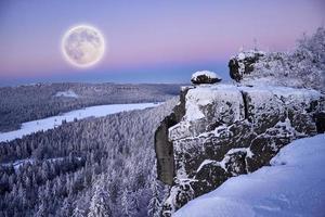 pleine lune dans les montagnes d'hiver. photo