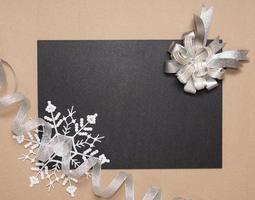 cadre d'hiver avec noeud en argent photo