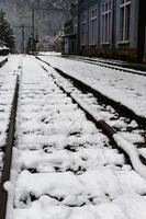 chemin de fer couvert de neige en hiver photo