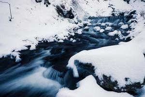 ruisseau de forêt d'hiver photo