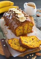 pain aux bananes maison fraîchement cuit au four avec citrouille et noix de pécan. photo