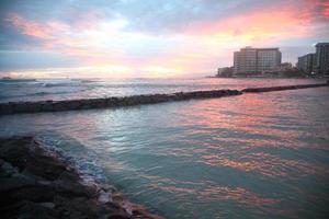coucher de soleil sur la plage de waikiki photo