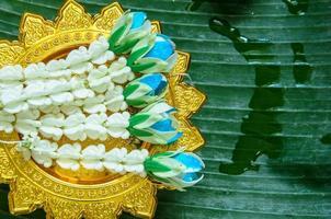 Pièces d'artisanat de guirlande thaïlandaise sur pan doré photo