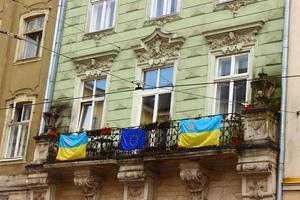 drapeaux de l'ukraine et de l'union européenne photo