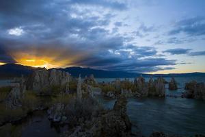 coucher de soleil sur le lac mono photo