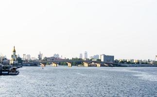 Vue sur la ville sur la rivière Dnipro à Kiev, Ukraine photo
