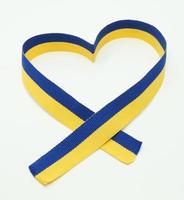 drapeau ukrainien dans le ruban de coeur photo