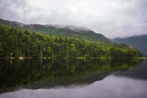 lac de montagne serein photo