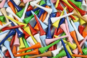 beaucoup de tees de golf colorés font un fond coloré photo