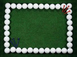 cadre de golf avec balles et chevilles photo