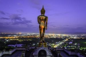 Statue de Bouddha en or dans le temple de Khao Noi, province de Nan, Thaïlande photo